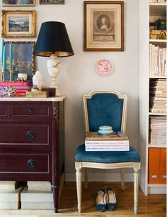 Great vignette - a wooden chest and a blue chair beside a white bookcase Interior Exterior, Home Interior, Interior Design, Living Room Photos, My Living Room, Design Café, House Design, Chair Design, Alabaster Lamp