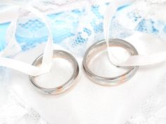【結婚指輪のオーダー承ります】11月22日に挙式されるお客様に結婚指輪を納品させていただきました。ご新婦様が航空会社にお勤めということで、ご新郎様自ら垂直尾翼を取り入れてデザイン。ラッキーカラーとしてオレンジ色の石を使いたいとのご希望でしたが、石はダイヤモンドを使い、オレンジ色に見えるレッドゴールドで尾翼のラインを表現することをオススメしました。特注品は既製品に比べて割高感はありますが、特別な想いを込めてお二人だけ、世界で1つのお品を作ることが出来ます。新婚旅行はお勤め先の飛行機でヨーロッパ!?末永くお幸せに。おめでとうございます☆