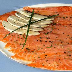 Ingredientes: o 1 buen filete de salmón fresco sin espinas o 2 cucharas soperas de aceite de oliva o 1 limón verde o Eneldo Preparación: Cortamos el filete de s