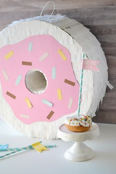 Make your own giant DIY donut piñata perfect for a donut themed party. Donut Party, Donut Birthday Parties, Safari Decorations, Balloon Decorations, Robert Frost, Diy Party Bags, Party Ideas, Diy Arts And Crafts, Crafts For Kids
