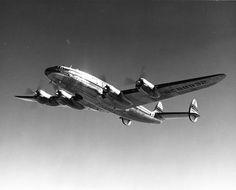 Una de las unidades de la Pan Am vista desde abajo. Los L-049 y los L-749 de esta compañía comenzaban su nombre con la palabra Clipper. Este es el Clipper Flora Temple, que voló entre 1946 y 1955