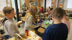 Oppilaat ruokailevat Korkeakosken koulun väistötiloissa Kotkassa.