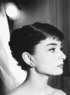 Audrey Hepburn photographed by Bob Willoughby in 1953. Credit: History Lovers Club (@historylvrsclub) | Twitter