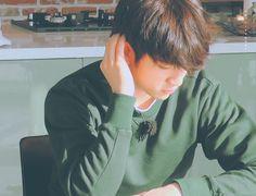 Estas capturas me dan paz. Jinyoung leyendo me da paz. Jinyoung me da paz. Youngjae, Yugyeom, Got7 Jinyoung, Park Jin Young, Mark Jackson, Jackson Wang, Got7 Jackson, Jaebum, Got7 Junior