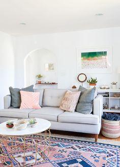 Cor e formato do sofá.