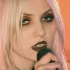 """Taylor Momsen's brown eyeshadow and brown lipstick in The Pretty Reckless' music video for """"Just Tonight"""" Soft Grunge Outfits, Grunge Hair, Grunge Style, Makeup Trends, Makeup Inspo, Makeup Inspiration, Makeup Ideas, Edgy Makeup, Beauty Makeup"""