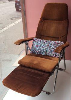 samettiverhoiltu lepotuoli . säädettävä selkä- ja jalkaosa . @kooPernu
