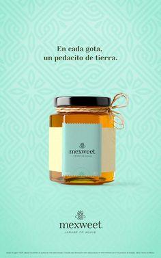 Desarrollo de empaque e imagen para Mexweet, un jarabe natural de Agave.  Inspirado en el carácter artesanal y rústico de la ciudad de Arandas, Jalisco, esta propuesta plantea la conjunción de dos conceptos: miel y agave. Aunque sabemos que nuestro producto no está directamente relacionado con las abejas, en términos de semiótica, la abeja significa miel.  Esta unión de la abeja con una planta de agave, da paso a un símbolo inigualable, tal como el sabor de nuestro producto. Honey Packaging, Dessert Packaging, Tea Packaging, Food Packaging Design, Bottle Packaging, Packaging Design Inspiration, Candle Packaging, Jar Design, Label Design