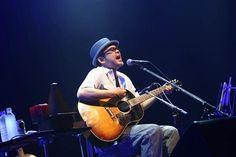 故郷で50歳の生誕記念ライブを行った奥田民生。祝福するファンに応え、ギターをかき鳴らして熱唱した =広島市中区