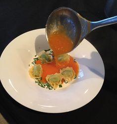 *Tomatensoep met wortel en ricottatortellini in plaats van de klassieke balletjes. Snij drie sjalotten fijn en een wortel en laat even aanstoven in wat boter. Snij je tomaten in stukjes en voeg ze bij de ui. Voeg 1 1/2 bouillonblokje kip toe, water en een bouquet garni en laat sudderen. Haal je bouquet garni weg en mix je soep en passeer ze door de passe-vite. Dien op met gegaarde tortellini , room en bieslook. Smakelijk.