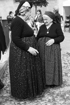 Anziane donne in costume scannese.
