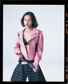 5月19日に創刊したi-D Japanのカバーストーリー。フォトグラファー・荒木経惟が撮り下ろしたファッションストーリーと水原希子インタビュー。