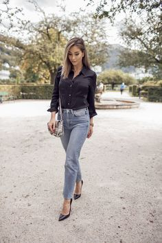High waisted jeans aren't going anywhere. Emilie Tommerberg is seen wearing her faded version with a classic black shirt. Perfect for a coffee date or dress down Friday. Cute Fall Outfits, Cool Outfits, Fashion Outfits, Fashion Tips, Fashion Trends, Fashion Photo, Fashion Inspiration, New Street Style, Model Street Style