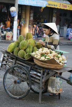 https://flic.kr/p/5RrZR2 | vietnam, mekong-delta, chau doc: marktstand mit durian-früchten | sehr interessant zu lesen: de.wikipedia.org/wiki/Durian
