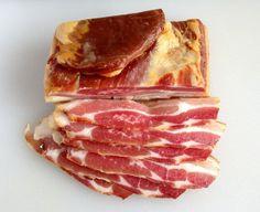Norsk bacon er bokstavelig talt svinedyrt og sjeldan godt speka. Men når matvarekjedene nærast kastar billig ribbe etter oss deler av året, er det tid for handling. Har du først fått smaken på ditt heimelagde, heimerøykte bacon, er det fort … Continue reading →