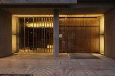 Obra Seleccionada |Bienal Internacional de Arquitectura de Argentina 2014  El edificio aloja unidades monoambientes y una oficina de arquitectura. El lote limita a los laterales con edificios de carácter disímil y en su fondo con las vías del tren, con su dureza, vibración y sonido intermitente. Se consolidó el frente de la trama urbana …