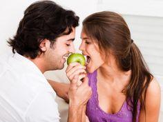 pareja comiendo manzana