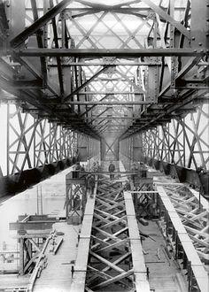 Construction du Pont Alexandre III, inauguré en 1900 - © Archives privées Pont Alexandre Iii, Under Construction, Louvre, Tower, Building, Travel, Bridges, History, Viajes