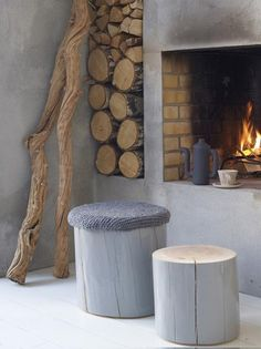 Open haard beton look - Woontrendz I love the icy gray, the raw wood, and the warmth of the fire. Log Stools, Rustic Stools, Home Design, Design Ideas, Stump Table, Home Fireplace, Fireplaces, Fireplace Modern, Simple Fireplace