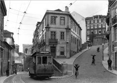 Schmale Gasse und Straßenbahn in Lissabon Bilder: Poster von W. Robert Moore bei Posterlounge.de