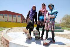 42 fotografias impressionantes da raça humana (26) Três jovens garotas do Afeganistão praticantes do Skateboarding
