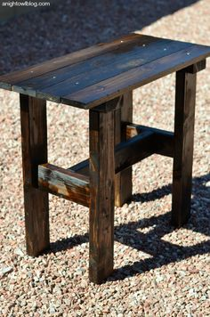 Fall is finally here and that means time to update our decor, right? I LOVE fall decor.but fall is certainly Pallet Table Outdoor, Pallet Side Table, Outdoor End Tables, Diy End Tables, Wood End Tables, Diy Table, Farm Tables, Rustic Table, Dining Tables