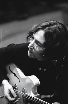 John Lennon plays guitar during a recording session for the White Album, 1968 Sean Lennon, Imagine John Lennon, John Lennon Death, John Lennon Quotes, John Lennon And Yoko, John Lennon Beatles, Yoko Ono, Ringo Starr, Paul Mccartney
