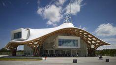 Centre Pompidou-Metz, França, 2010: Nem todos os edifícios de Ban são relacionados a desastres. Este anexo do Centro Pompidou possui telhado curvo de madeira laminada, enquanto tubos de papelão servem para apoiar uma consola no interior. (Foto por Thibaut Billet/Flickr)
