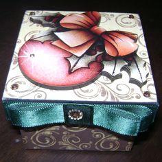 Natal: caixa em MDF com revestimento em scrap, aplique em MDF, cristais e fita