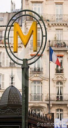 ..Paris Metro.. J'ai maintenant pris l'habitude de lever la tête pour trouver une station de métro...