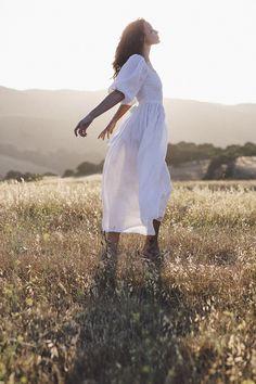 The bellflower dress in blanc Style Photoshoot, Photoshoot Inspiration, Creative Photography, Portrait Photography, Fashion Photography, White Linen Dresses, White Dress, Photographie Portrait Inspiration, Shooting Photo