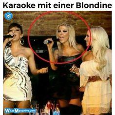 Karaoke mit einer Blondine - Dumme Blondine mit Mikrofon