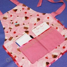 Children's Waitress Apron Tutorial (Velcro makes this an apron kids can put on all by themselves Sewing Hacks, Sewing Tutorials, Sewing Crafts, Sewing Projects, Sewing Ideas, Kid Projects, Sewing Tips, Toddler Apron, Kids Apron