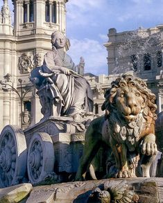 Beautiful fountain of the Roman mother goddess Cibeles in a chariot pulled by two dramatic lions. In central Madrid, Spain Foto Madrid, Real Madrid, Places To Travel, Places To Visit, Taj Mahal, Europe, City Landscape, Spain And Portugal, Spain Travel