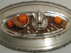 13th november ... well prepared ... hazelnuts, mandarines, spiced biscuit, coffee ... silver over- and underlay ;-)