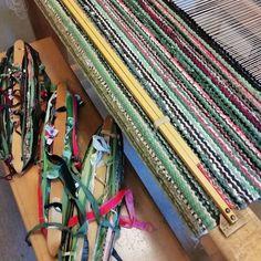 """Taito Varsinais-Suomi sanoo Instagramissa: """"Kerrassaan herkullinen kiikkalainen matto valmistumassa! Jos just sinä haluat tutustua kiikkalaisen maton saloihin, niin tsekkaa kevään…"""" Loom, Weaving, Carpet, Rag Rugs, Crafts, Rebel, Instagram, Places, Style"""