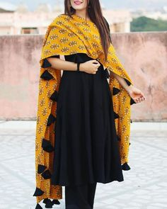Looking for plain salwar and heavy dupatta combinations? Check out 10 cool ideas for you to shop the best one and look dashing on it! Dress Indian Style, Indian Dresses, Indian Wear, Indian Outfits, Pakistani Outfits, Black Salwar Suit, Black Kurti, Black Punjabi Suit, Black Anarkali