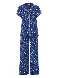 This star patterned pyjama set will make a delightful addition to your seasonal collection. Featuring a short sleeved top and wide leg bottoms, they will quickly become a favourite. Navy star print pyjama set Star print Short sleeves Button fastening Chest pocket Stretch waist Wide leg Model's height is 5'11