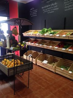 Risultati immagini per interiores de fruterias Supermarket Design, Retail Store Design, Bar Deco, Boutique Bio, Farmers Market Display, Vegetable Shop, Fruit Shop, Farm Store, Fruit Stands