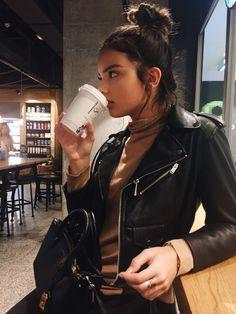 Kendall Jenner Rocks a Spunky Leather Jacket so Stylishly Street Style Outfits, Street Style Looks, Fashion Outfits, Indie Fashion, Mom Outfits, Fashion 2018, Fashion Fashion, Fashion News, Casual Outfits