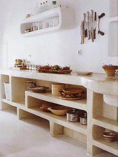 Open storage in kitchen inspiration image for molilti interior… and betonlookdesign.nl Tadelakt kitchen, stone bell kitchen, concrete stucco kitchen, concrete bench in the kitchen Funky Kitchen, Rustic Kitchen, Kitchen Decor, Decorating Kitchen, Open Kitchen, Square Kitchen, Design Kitchen, Diy Kitchen, Kitchen Dining