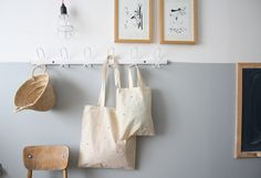 split color wall & Bag confetti by Petit Sweet Half Painted Walls, Half Walls, Demis Murs, Decoration Hall, Two Tone Walls, Coat Hooks On Wall, Wall Hanger, Cool Kids Rooms, Deco Addict