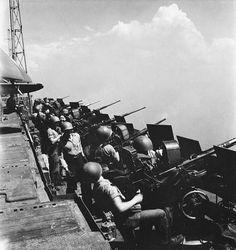 A row of 20 mm Oerlikon guns aboard the Essex-class aircraft carrier USS Hornet, 1945 Us Navy Aircraft, Navy Aircraft Carrier, Naval History, Military History, Ww2 History, Military Art, Uss Hornet, Us Navy Ships, War Photography