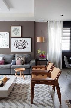 Decoração, decoração de apartamento, apartamento, apartamento colorido, parede cinza, cinza, luz natural, tapete, ambiente integrado, sofá cinza, mesa branca, sofá, mesa de centro.