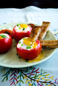 Egg Stuffed Tomatoes with Toast Strips. Delicious and out of the ordinary. I think it would be pretty simple to make a big batch of these for a brunch crowd. Egg Recipes, Brunch Recipes, Breakfast Recipes, Cooking Recipes, Think Food, Love Food, Comidas Light, Vegetarian Recipes, Healthy Recipes