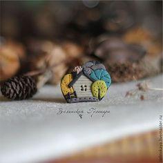 Купить Домик в лесу. маленькая брошь - серый, домик, бирюзовый, желтый, салатовый, лес