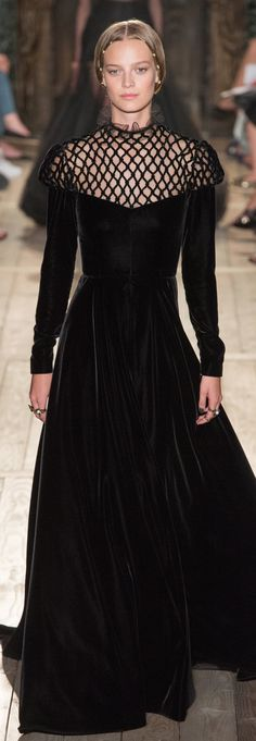 Catwalk photos and all the looks from Valentino Autumn/Winter Couture Paris Fashion Week Valentino Couture, Haute Couture Paris, Haute Couture Style, Couture Looks, Couture Mode, Couture Fashion, Runway Fashion, Couture Boutique, Valentino Dress
