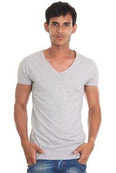 T-Shirt V-Ausschnitt    Ein unifarbenes T-Shirt von CATCH. Hergestellt aus reiner Baumwolle für ein sehr angenehmes Tragegefühl.    - V-Ausschnitt  - Druckmotiv vorn  - schmale Passform  - Rückenlänge Größe S-XL ca. 66-69 cm    Kragen/Ausschnitt: V-Ausschnitt  Material: 100% Baumwolle  Muster: einfarbig  Pflegehinweis: Maschinenwäsche, keine Reinigung  Ärmellänge: Kurzarm...