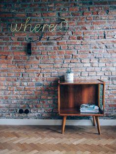 Szafka pod RTV - klasyk PRL-u. Drewno w kolorze jasnego orzechu, w całości fornirowany, politurowany. Stan bardzo dobry.#vintage #vintagefinds #vintageshop #forsale #design #midcentury #midcenturymodern #polish #furniture