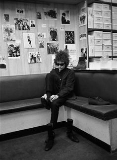 Barry Feinstein: Bob Dylan 1966 tour, Shopping for shoes